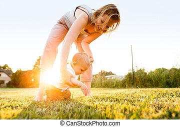 garden., garçon, sien, dehors, mère, bébé