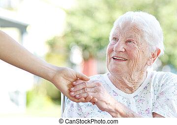 gardien, femme aînée, tenant mains