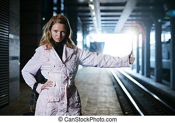 gare, jeune femme