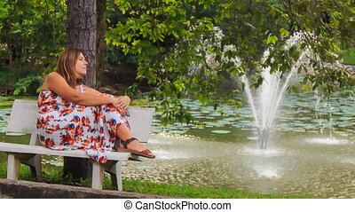 garez banc, fontaine, regarde, blonds, girl, assied