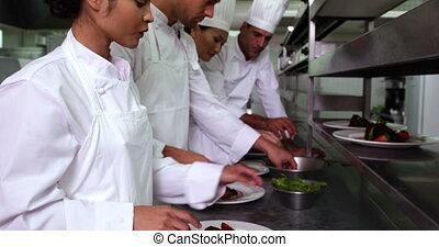 garnishing, dessert, chefs, équipe