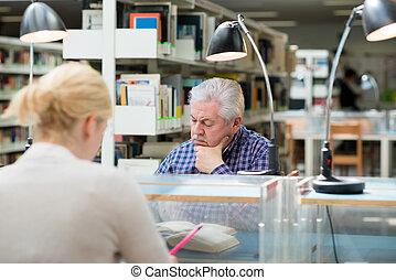 gens, étudier, jeune, bibliothèque, homme aîné