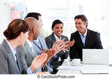 gens, applaudir, réunion affaires, heureux