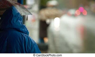 gens, arrêt autobus, pluie, attente, sous