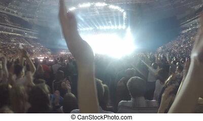 """gens, beaucoup, applaudir, concert"""", """"closeup, air., silhouettes, mains, apprécier"""