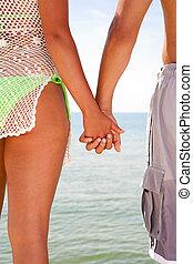 gens, jeune, deux, eau, tenant mains