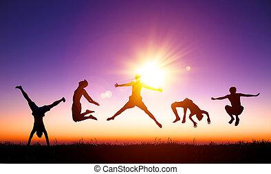 gens, jeune, lumière soleil, sauter, colline, fond, heureux