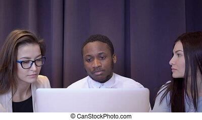 gens, laptop., multiethical, trois, équipe, devant, discuter