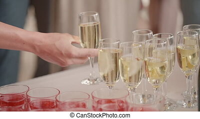 gens., lunettes champagne, table