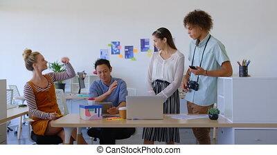 gens, ordinateur portable, mélangé-race, vue, business, fonctionnement, sourire, 4k, ensemble, devant, jeune