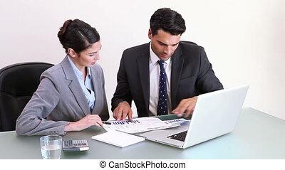 gens, quoique, business, diagrammes, regarder, travailler ensemble