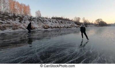 gens, rivière, glace, deux, patinage