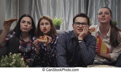 germany., apprécier, football, gens, ensemble., avoir, amis, regarder, amusement, jeu, allumette, pizza., espagne, groupe, maison, manger