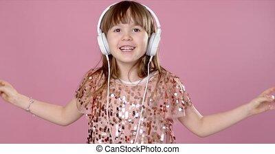 girl, headphones., sourire, jeune, heureux, danse, chant
