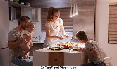 girl, home., père, mère, garçon, avoir, fête, apprécier, peu, famille, kitchen:, quatre, ensemble., dîner