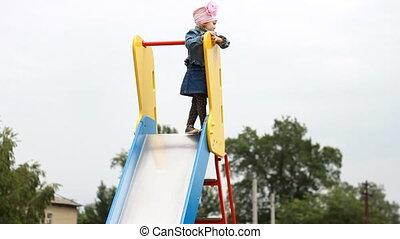 girl, jeu, monté, élevé, cour de récréation, enfant, haut.