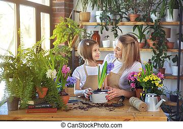 girl, plants., enfant, elle, mère, mignon, aides, soin