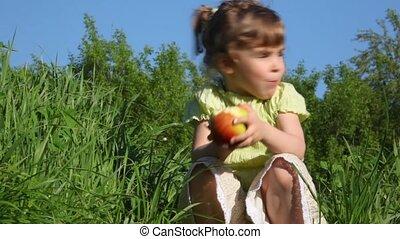 girl, pomme mangeant, pré