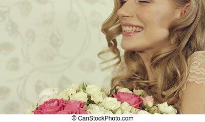 girl, poser, enthousiaste, roses, bouquet, grand, beau, petit
