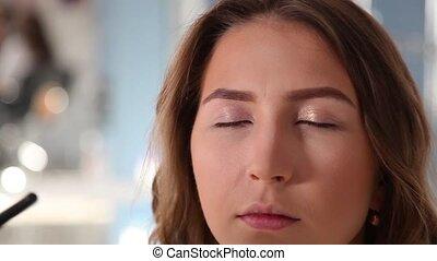 girls's, fard paupières, demande, visagiste, beauté, shop., processus, face., jeune, haut, maquillage, fin, model's