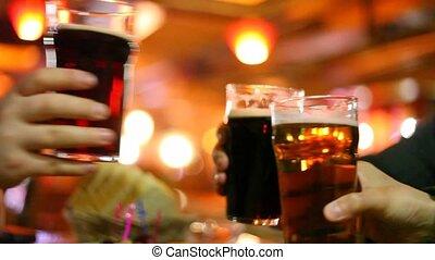 gobelet, quatre, bière, mains, verres tintement