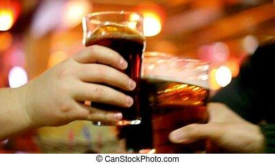 gobelet, trois, bière, mains, verres tintement