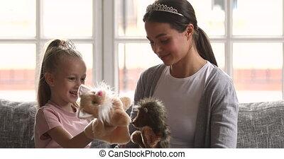 gosse, maman, jouer, jouets, beau, espiègle, marionnette, fille