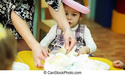 gosses, child-minder, séance, morceaux, jardin enfants, s'étend, gâteau, table, dehors