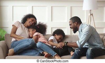 gosses, famille, chatouillement, américain, rire, africaine, maison, heureux