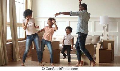 gosses, famille, danse, célébrer, parents, africaine, jour mouvement, heureux