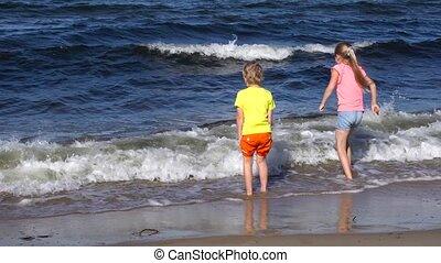 gosses, plage, jouer