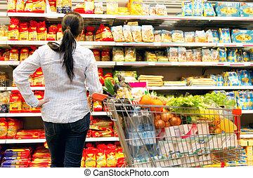 grand, femme, sélection, supermarché
