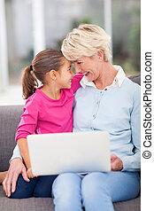 grand-mère, personne agee, petite-fille, étreindre, elle