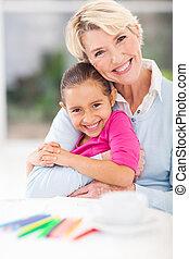 grand-mère, petite-fille, étreindre, heureux