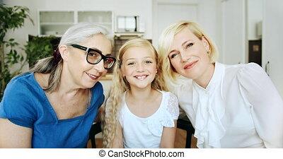 grand-mère, portrait, intérieur, filles