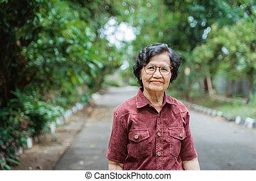 grand-maman, yeux, marche, sourire, lunettes