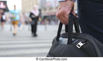grand, mouvement, sac, unrecognizable, arrière, lent, passage clouté, mâle, homme affaires, main, serviette, vue, city., route, downtown., porter, bras, entrepreneur, fin, jeune, marche, lever, croisement