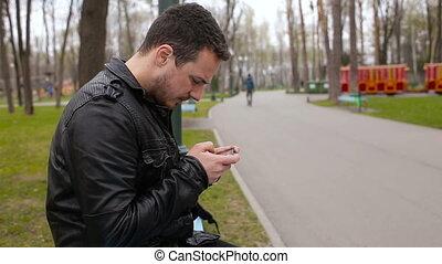 grand, parc, jeune, téléphone, jouer, homme