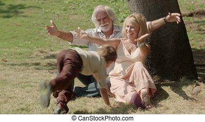 grands-parents, jouer, enfant
