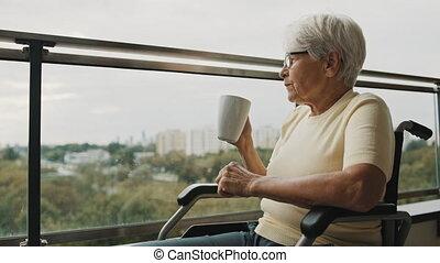 gris, boire, chevelure, tasse, fenêtre, devant, lunettes, personne agee, café, fauteuil roulant, femme