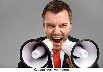 gris, crier, isolé, porte-voix, arrière-plan., par, deux, homme affaires, closeup, bruyant, parler
