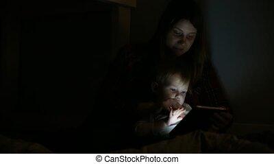 gros plan, coup, lit, fils, jeu, heure coucher, mère, toucher, pad., jouer, entertainment.