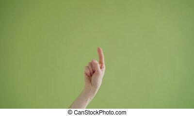 gros plan, coup, pointage, pouces-vers haut, ici, main, appareil photo, confection, venir, geste