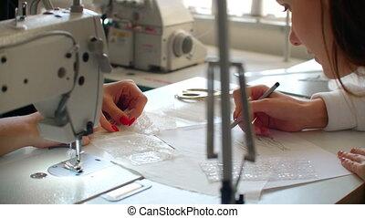 gros plan, cueillir, design., robes, créer, dessiner, haut, tailleur, femmes, croquis, matériels, petit, concepteurs, business., accessories., mode
