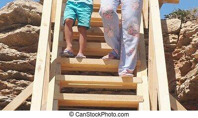 gros plan, escalier, vue, pieds, bois, descendre, mer, fond, escarpé