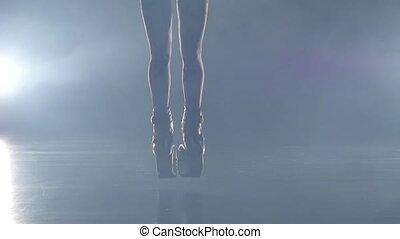 gros plan, lent, shoes., mouvement, saut, exercices, jambes