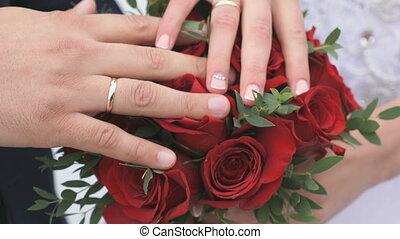 gros plan, nouveaux mariés, mains