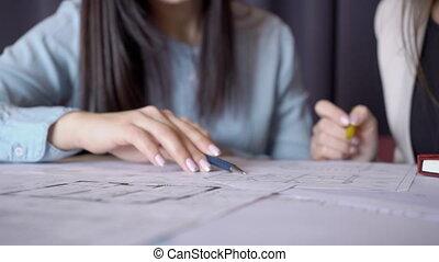 gros plan, paper., deux, stylo, intérieur, discuter, dessin, femmes