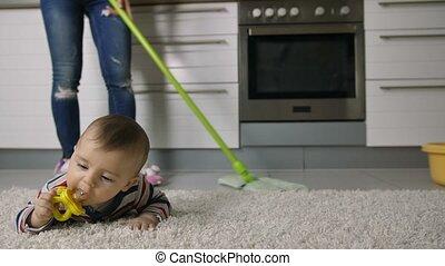 gros plan, plancher, femme, nettoyage, bébé, jambes