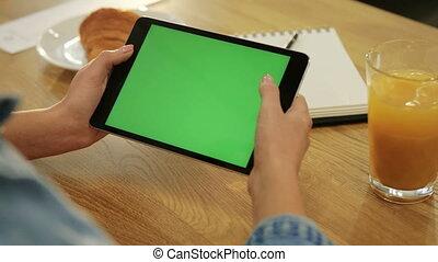 gros plan, réseau, tablette, écran, femme, chroma, greenscreen., bas, vert, key., cafe., mains, close-up., défilement, page, social